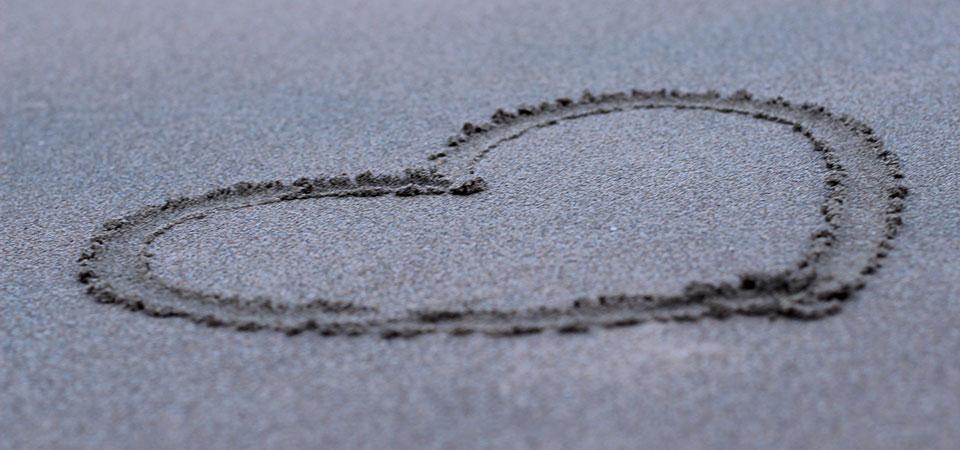 Сердце нарисованное на песке